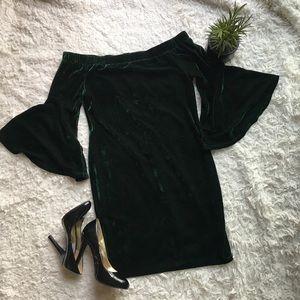 🎄Gianni Bini🎄OffShoulder BellSleeve velvet Dress